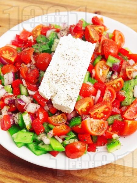 Салата с чери домати, зелени чушки и сирене - снимка на рецептата